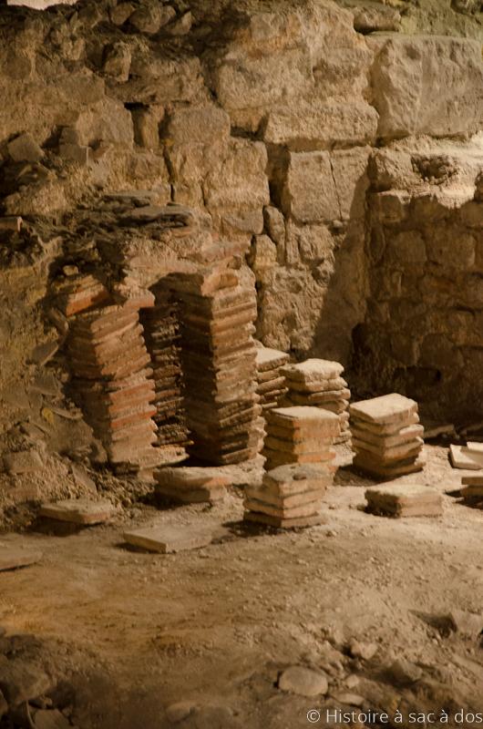 Pilettes pour hypocauste (système de chauffage souterrain servant ici à chauffer la salle des termes sous forme de canalisation où circule l'air chaud)