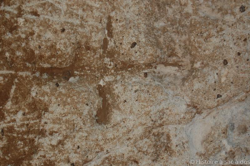 Croix gravée sur une paroi de la cité souterraine Derinkuyu