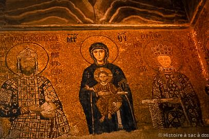Mosaïque de la vierge Marie entourée de l'empereur Jean II Comnène et son épouse, l'impératrice Irène.