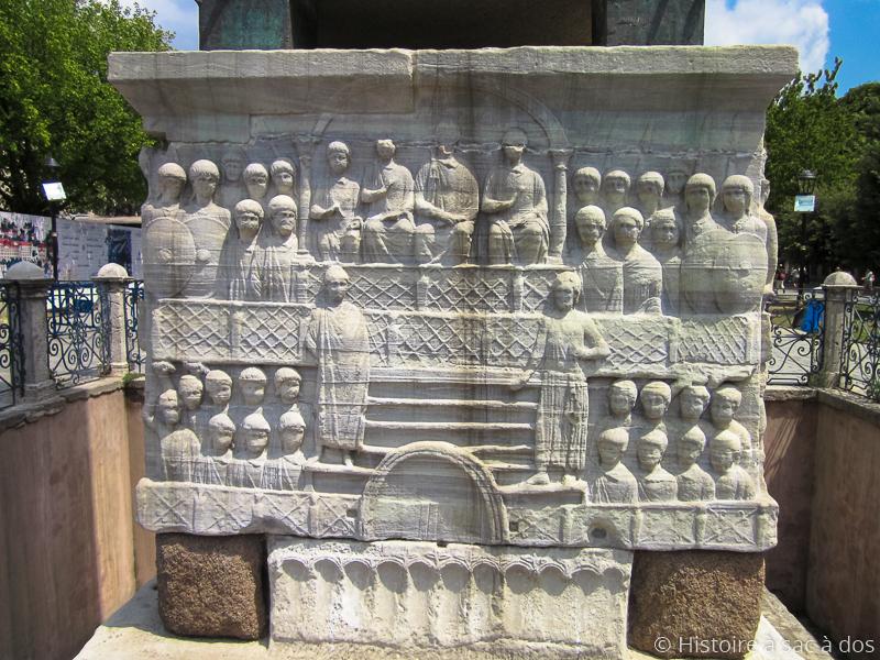 Relief sculpté sur le socle de l'obélisque représentant l'empereur Théodose