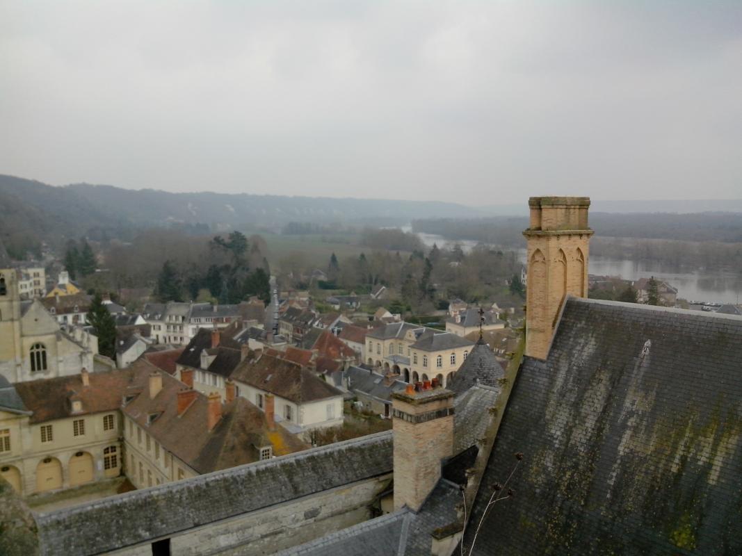 Vue sur les toits du château depuis la galerie menant au donjon