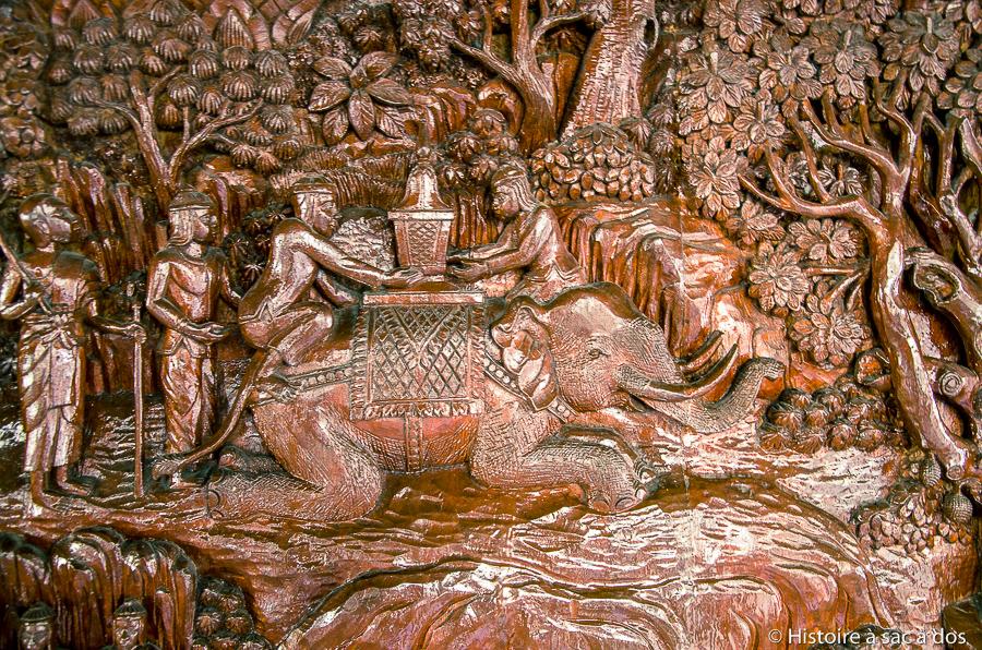 Relief en bois du Wat Doi Suthep représentant la légende de l'éléphant porteur de reliques