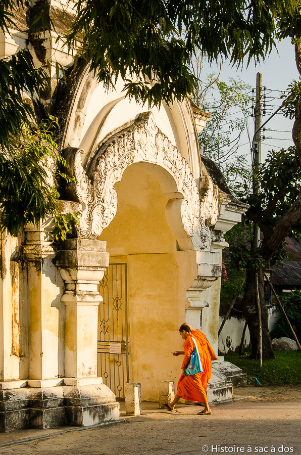 Moines devant le Wat Suan Dok