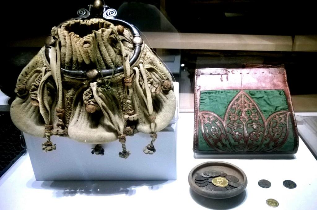 Sacs de voyage et pièces de monnaie - Musée de Cluny