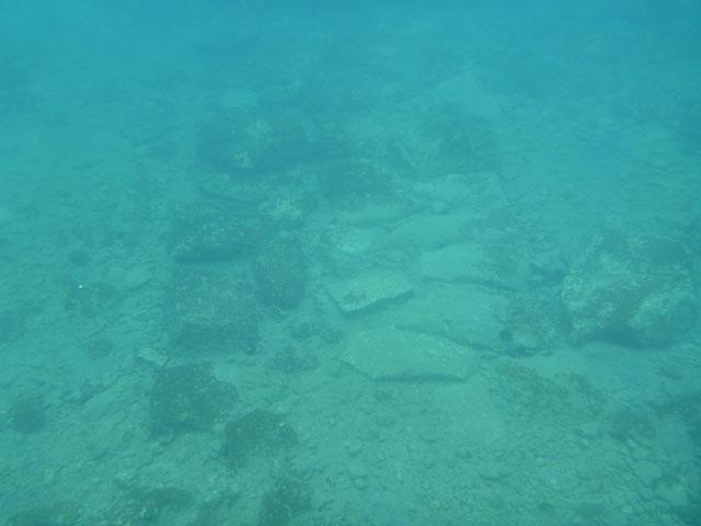Vestiges de la cité engloutie mise au jour dans la baie de Kiladha en Grèce