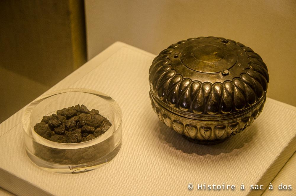 Boite en métal de style perse contenant des médicaments. Zhao Mo était un roi à la santé fragile et avait souvent recours à des traitements médicaux. Il est ainsi possible qu'il ait fait appel à la médecine perse.