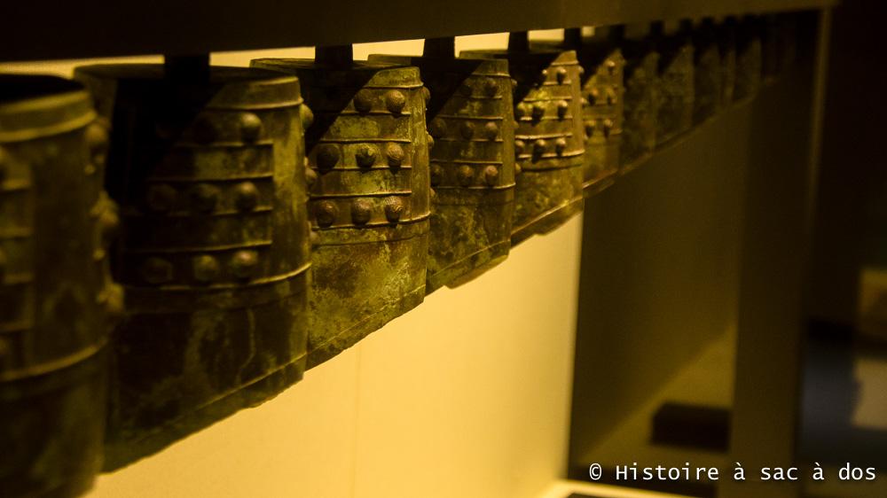 Carillon de cloches en bronze - Tombeau de Zhao Mo. Les cloches étaient utilisées pendant les cérémonies et pour la musique de cour. Elles étaient suspendues à une poutre et assemblées dans un ordre croissant.
