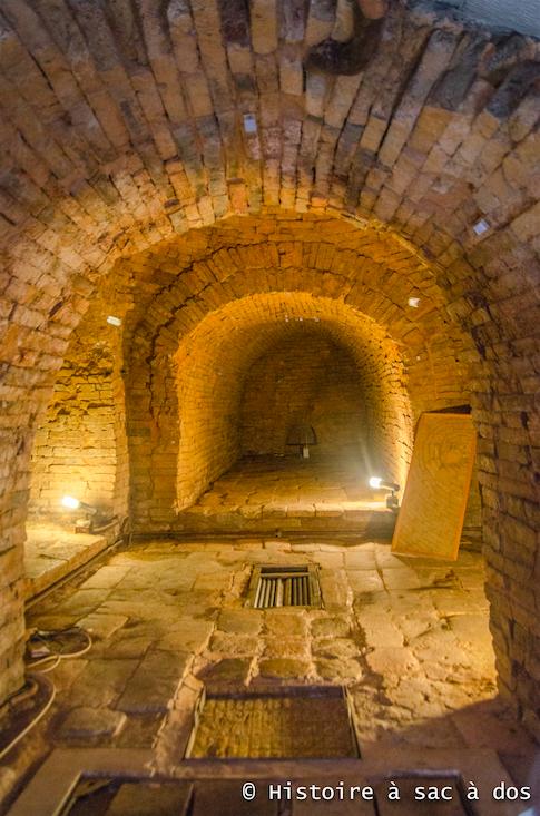 Intérieur de la tombe. Pour la protéger de l'humidité, la tombe est aujourd'hui fermée et son intérieur ne peut s'observer que par l'intermédiaire d'une vitre.