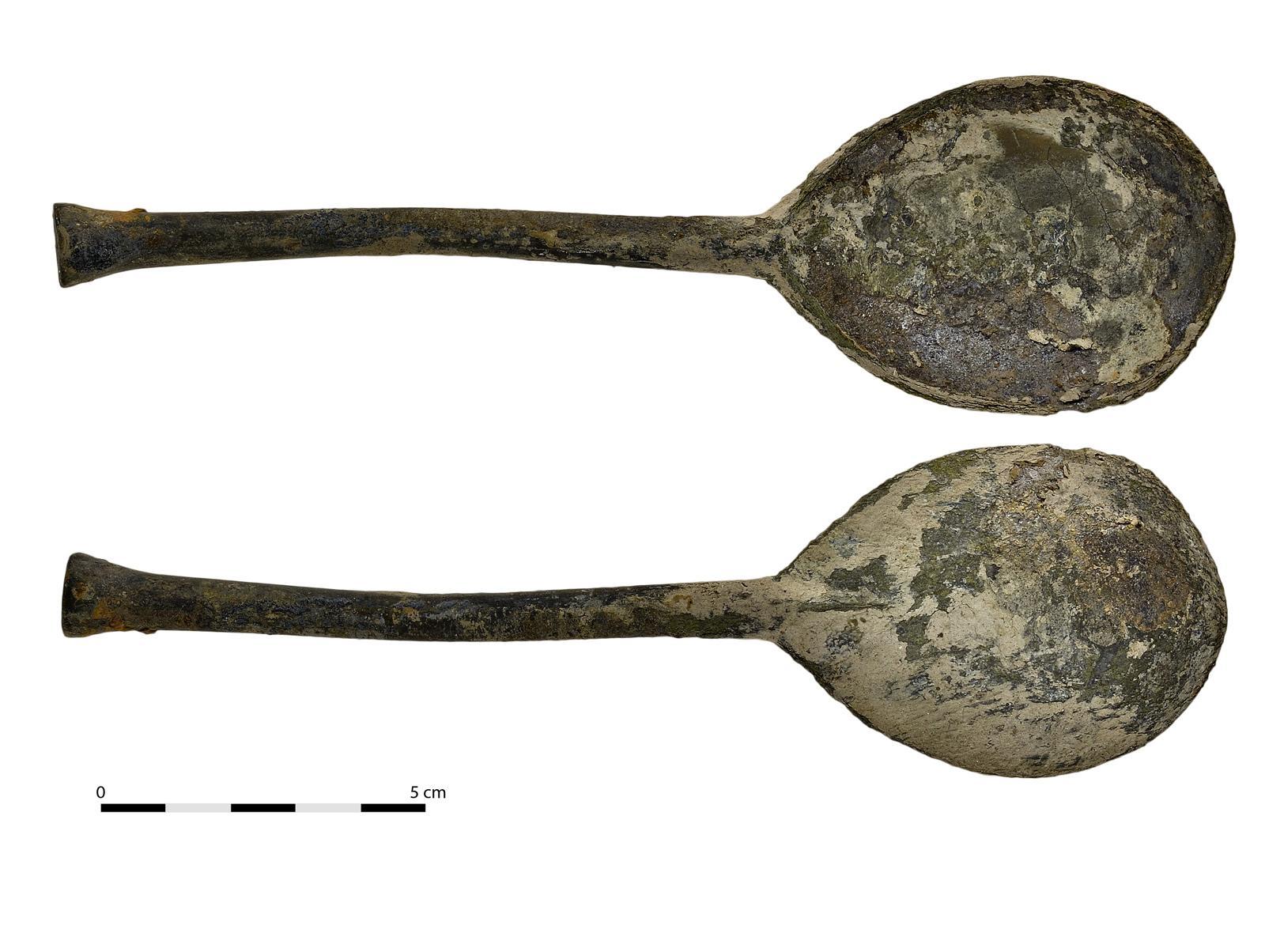 Cuillère en argent (face et revers) du XVIe siècle. © Dominique Bossut, Inrap.