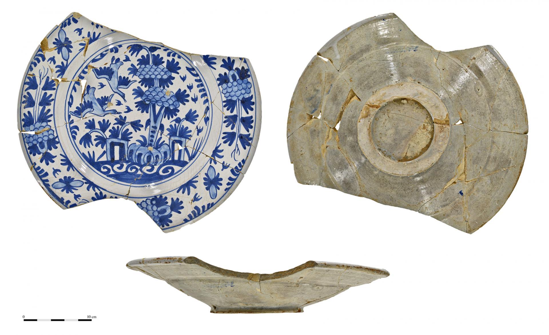 Plat en faïence de Delft du XVIe siècle. © Dominique Bossut, Inrap.