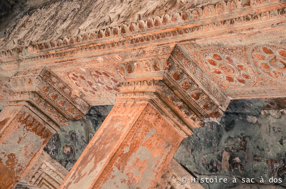 Plafond du temple d'Angkor - On peut encore apercevoir des traces de peinture rouge