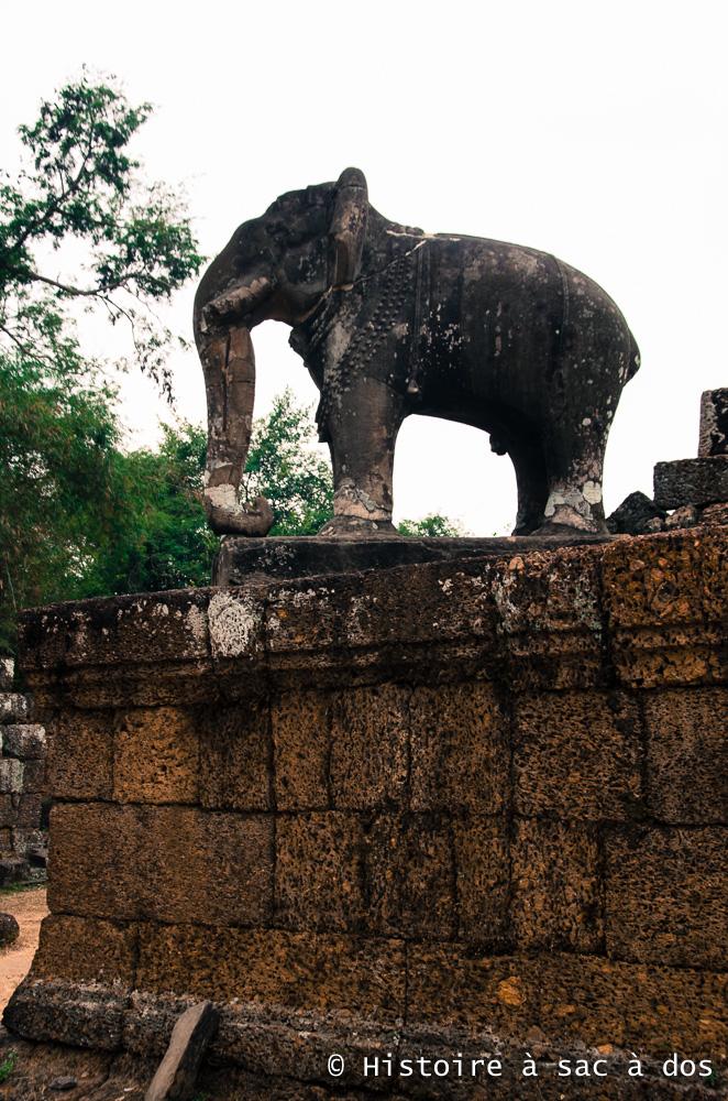 Eléphant de pierre, gardien du temple du Mebon oriental