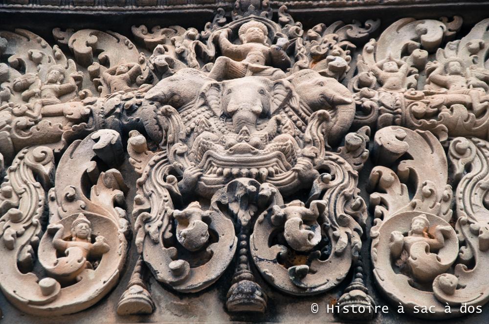 Linteau du Mebon oriential - Dieu Indra chevauchant Airavata, l'éléphant blanc à trois têtes