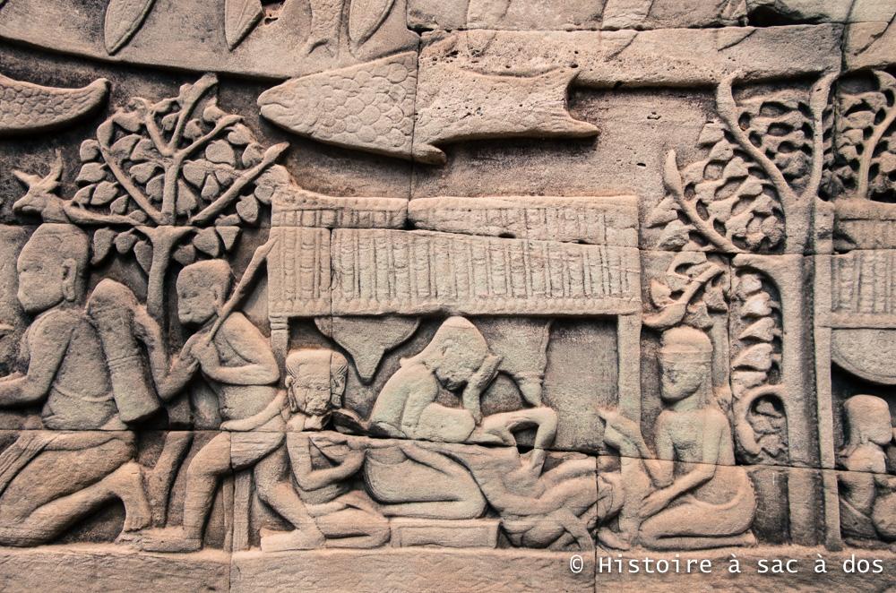 Bas-relief extérieur du Bayon - Angkor Thom. Une femme semble être en train d'accoucher aidée de sage-femmes