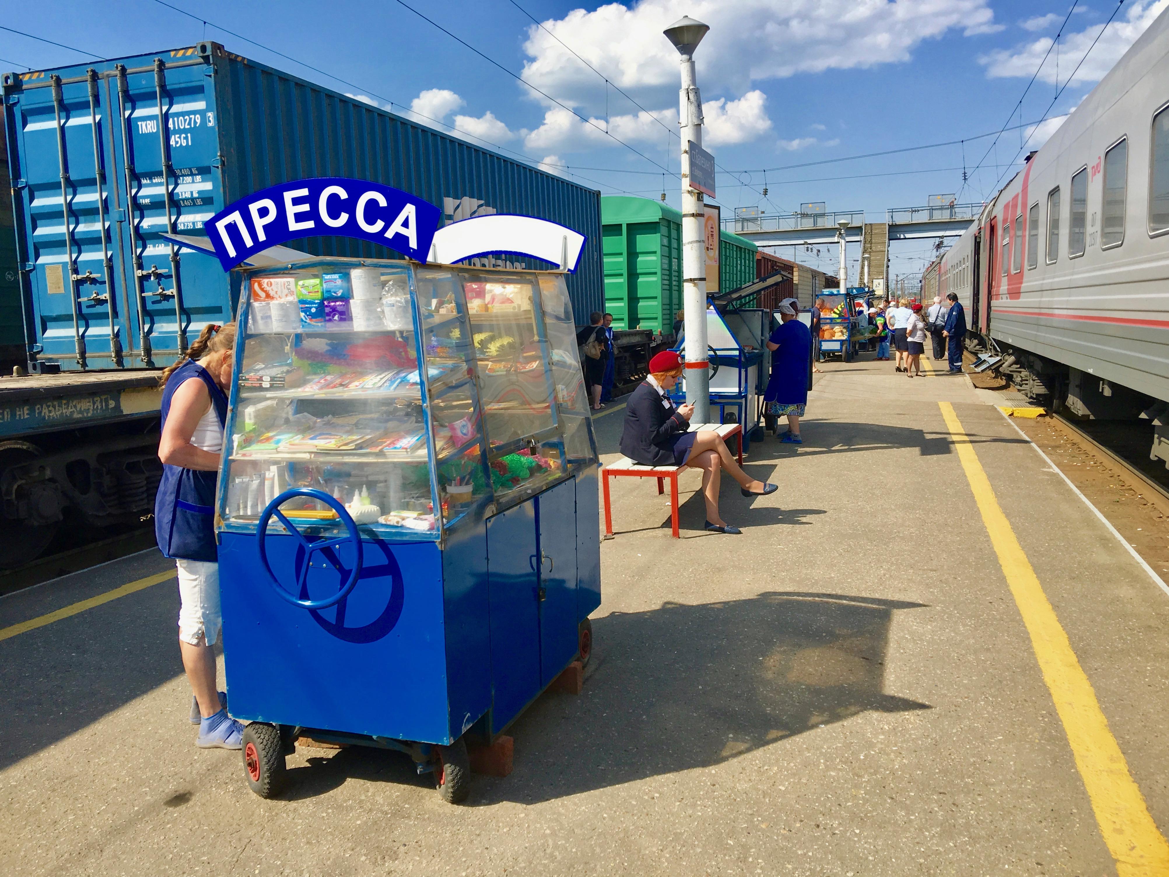 Les arrêts sont fréquents à bord du Transsibérien. De nouveaux voyageurs se joignent aux anciens qui profitent de ces pauses d'une vingtaine de minutes pour se dégourdir les jambes, fumer ou s'approvisionner. Des boutiques ambulantes attendent les voyageurs sur le quai et vendent nourriture, produits hygiéniques, et parfois même des peluches ou des jouets.