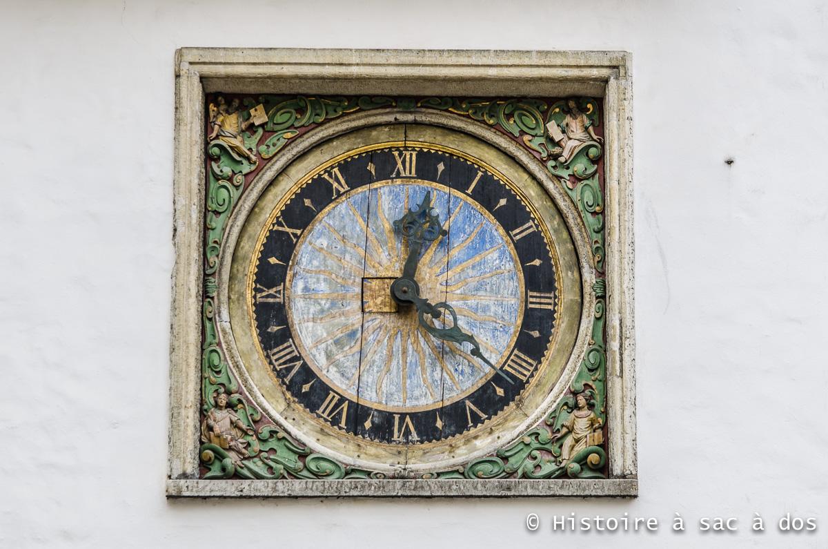 Horloge peinte réalisée en 1684 sur la façade de l'église de l'esprit saint.
