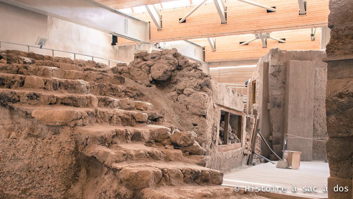 L'un des nombreux escaliers retrouvés à Akrotiri - Santorin