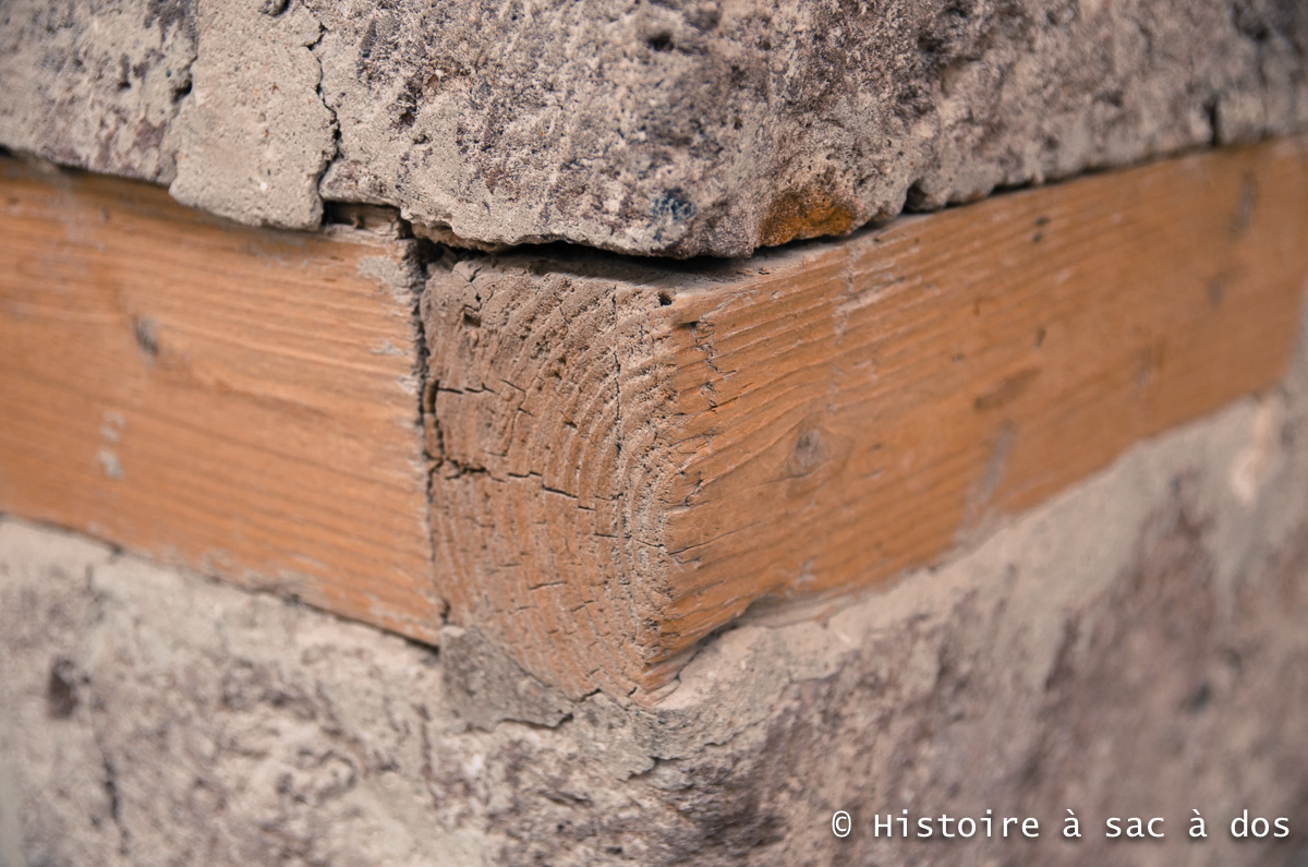 Reconstitution d'une armature en bois à Akrotiri