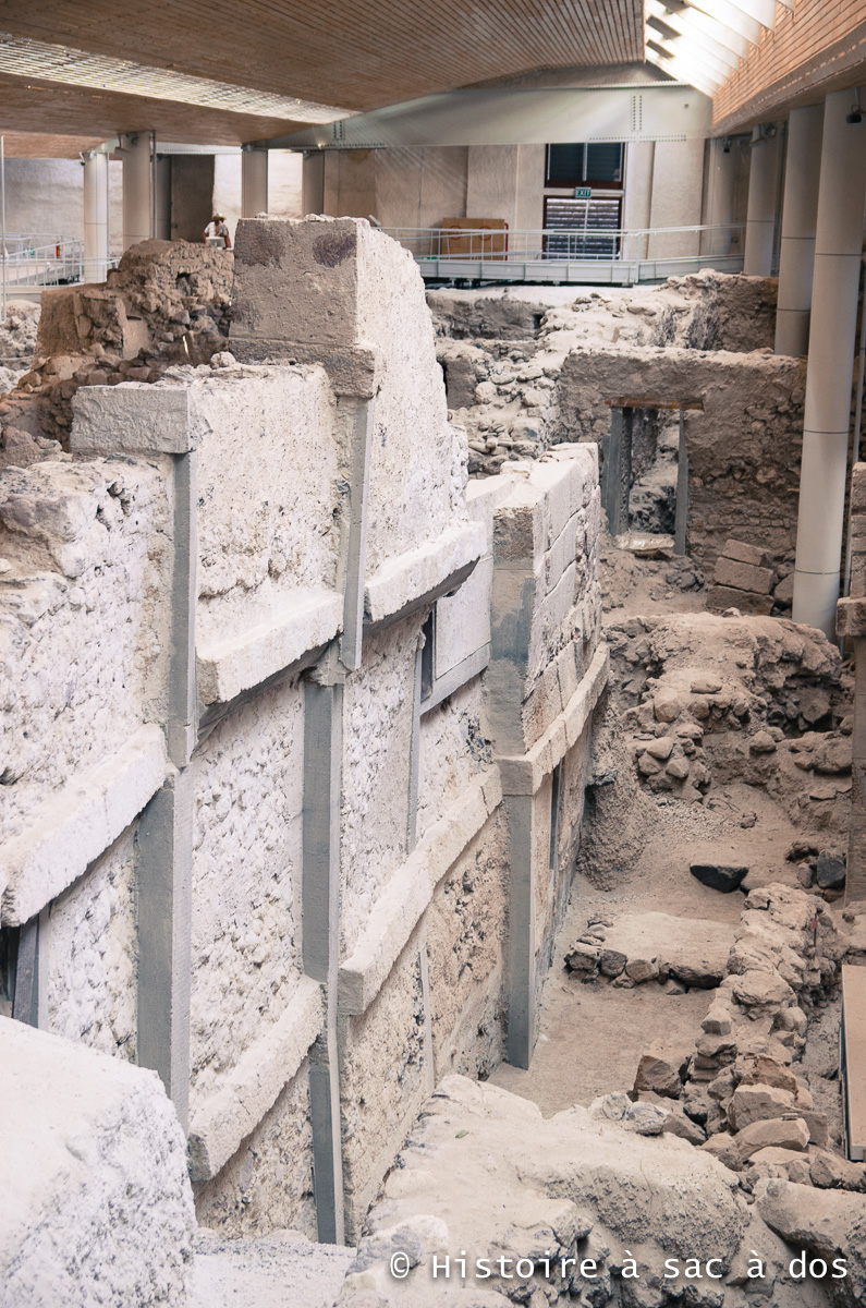 Pan de mur d'un immeuble à plusieurs étages d'Akrotiri. Santorin, Grèce