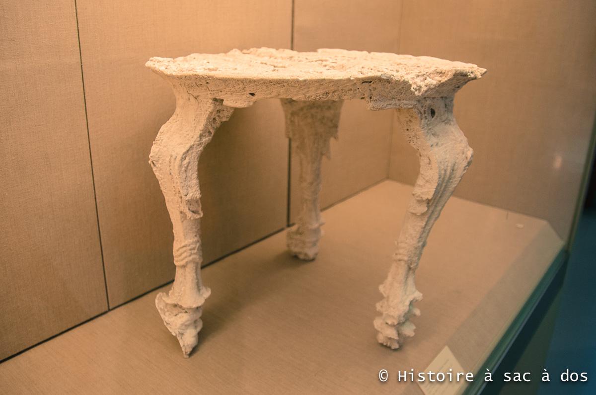 Moulage d'une table de la cité d'Akrotiri. Cette table était et montre tout le raffinement et la richesse du peuple de Théra.