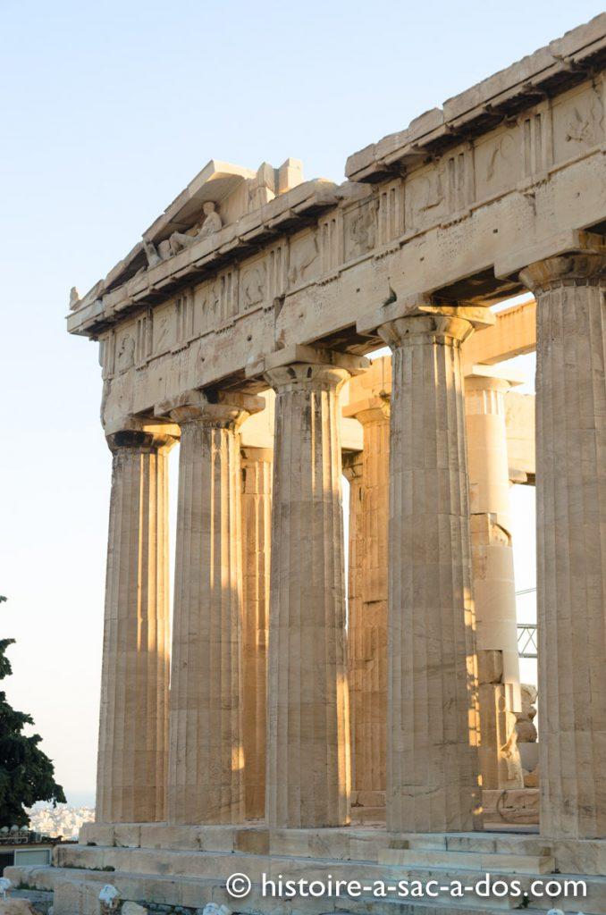 Le Parthénon, statue de Dionysos sur le fronton est
