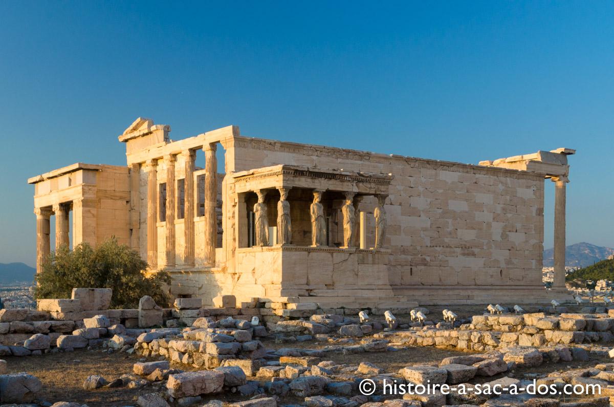 L'érechthéion situé en face de l'Acropole.