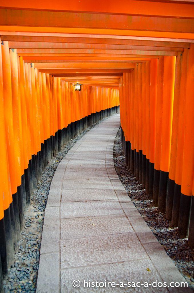 Sanctuaire de Fushimi Inari-Taisha à Kyoto. Son allée faite de milliers de piliers parait sans fin.