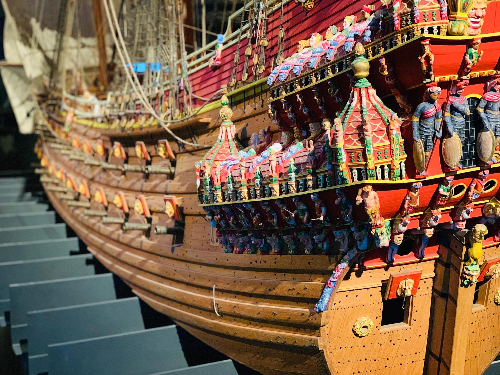 Reconstitution du Vasa. On peut y voir les sculptures aux couleurs criardes recouvrant autrefois le navire.
