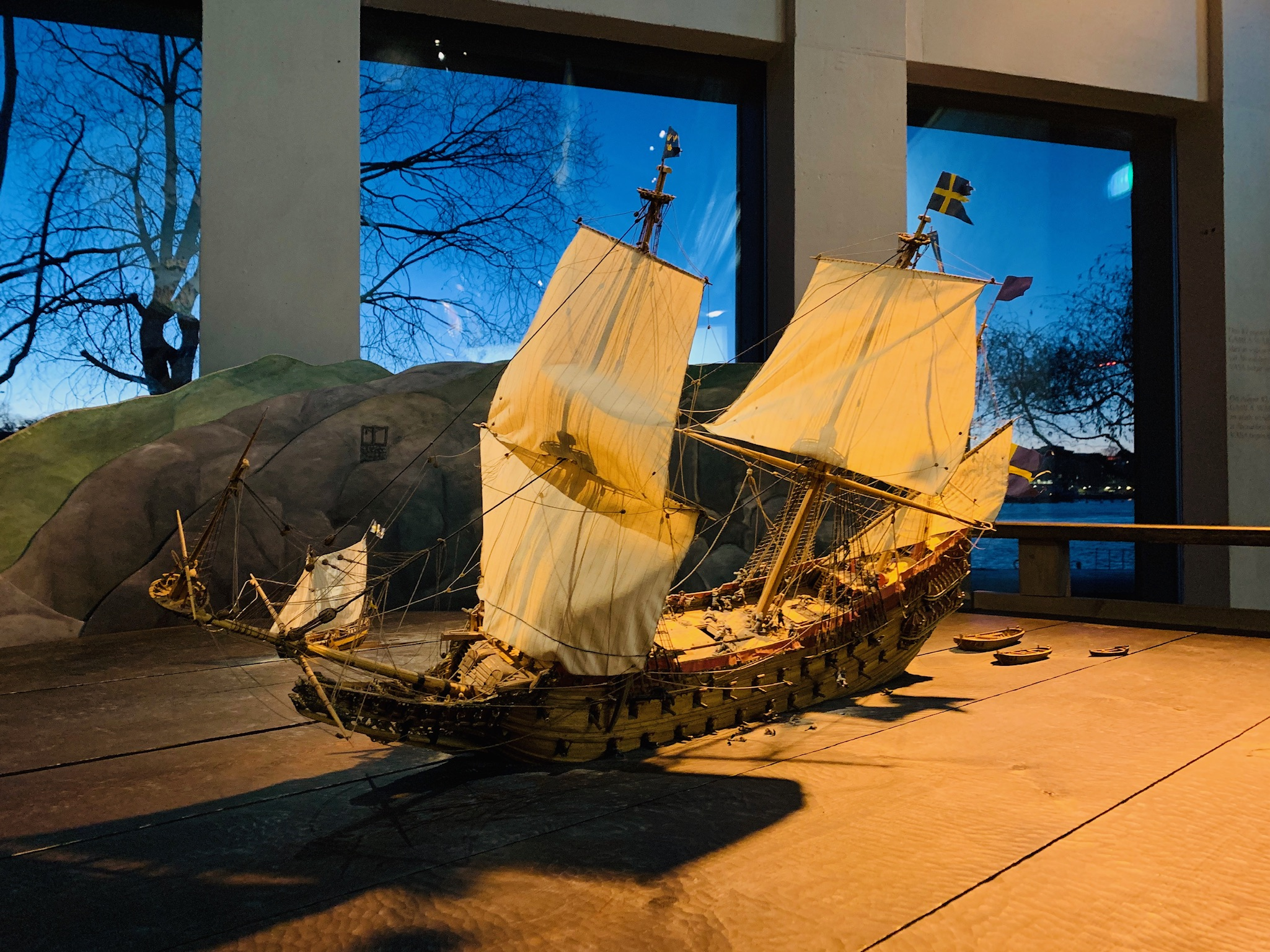 Reconstitution du naufrage du Vasa. Couché sur le flanc, la ligne de flottaison se rapproche dangereusement des sabords restés ouverts.