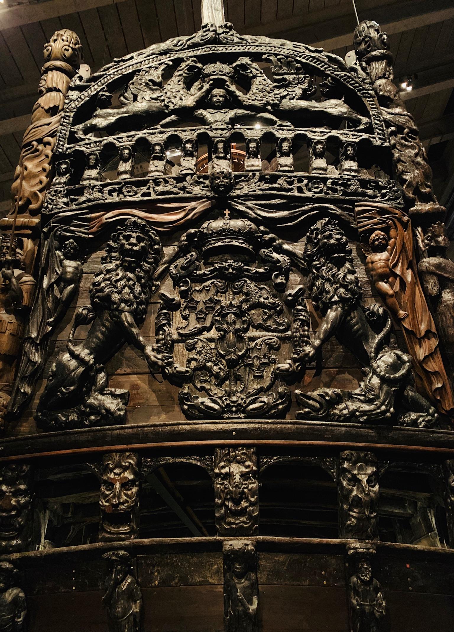 Impressionnantes sculptures sur la poupe du Vasa. Les deux lions entourent les armoiries de la Suède