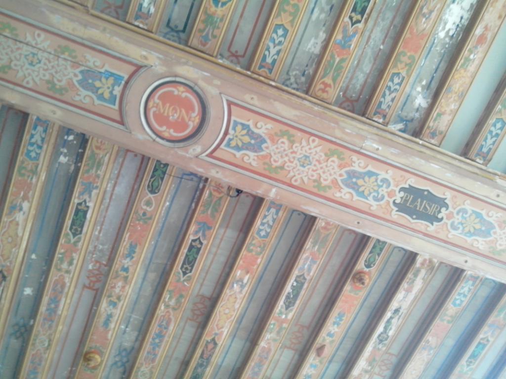 """Plafond de la salle des gardes du Château de La Roche-Guyon, orné de la devise des La Rochefoucauld : """"c'est mon plaisir"""""""