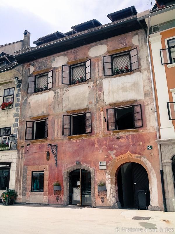 Façade baroque de l'hôtel de ville de Skofja Loka