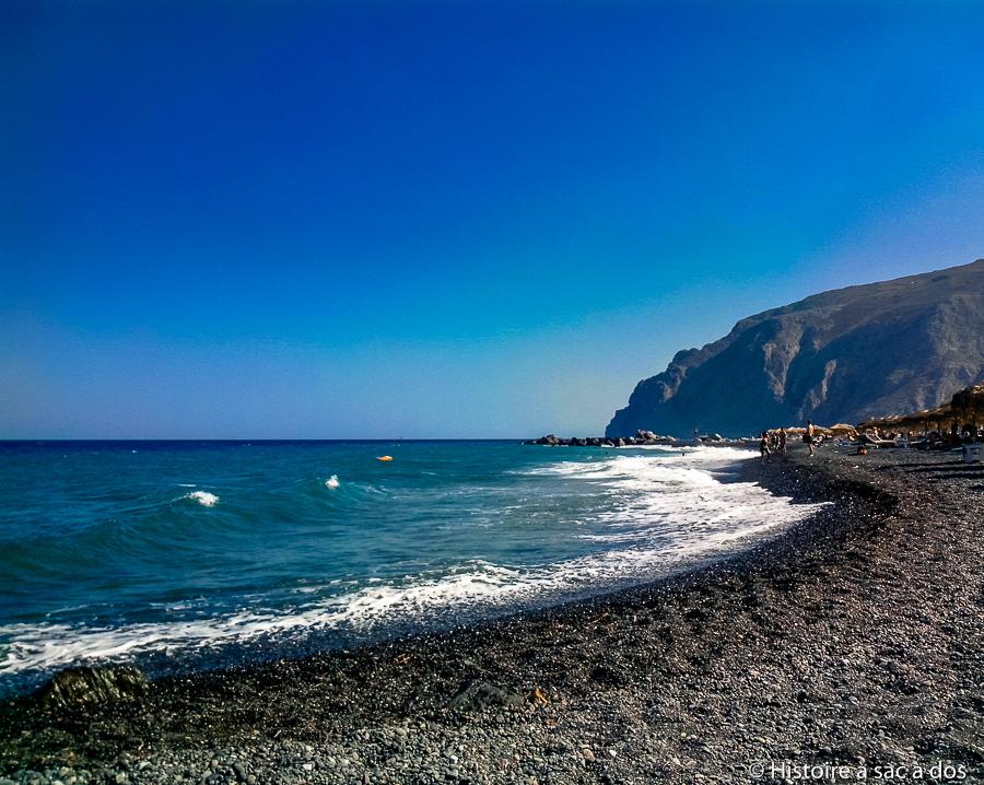 Plages de sable noir de l'île de Santorin issu de roche volcanique