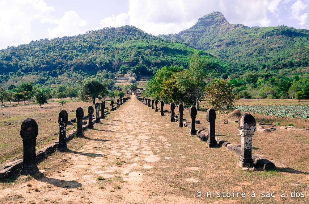 Site archéologique de Vat Phu au Laos - allée principale bordée de colonnes de pierre