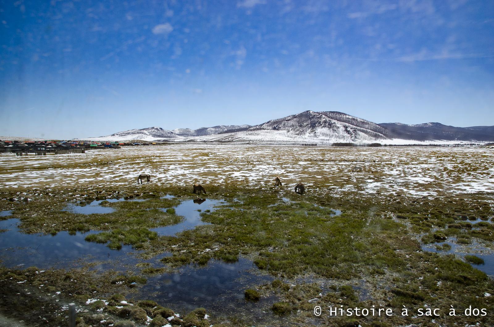 Mongolie. Photo prise à bord du Transmongol. Les vitres poussiéreuses témoignent de la traversée du désert Tengger-Alashan.