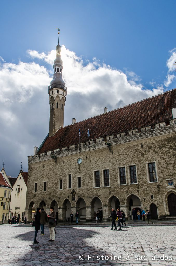 L'hotel de ville gothique entra en fonction lorsque la ville obtint ses droits de cité en 1248. Les décisions relatives au commerce, au bon fonctionnement de la ville et à la guerre y étaient prises.