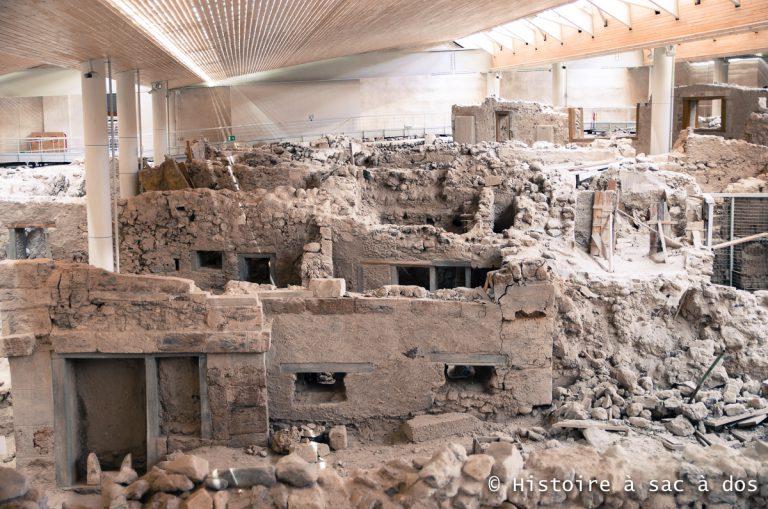 Vestiges de la ville d'Akrotiri découverte par l'archéologue Marinatos. Santorin, Grèce