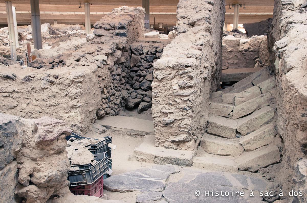 Un des nombreux escaliers d'Akrotiri. Ils furent brisés par le tremblement de terre qui précéda l'éruption.