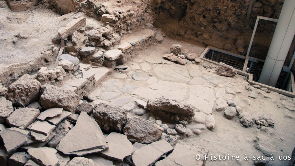 Sol pavé d'une maison découverte à Akrotiri. Santorin, Grèce