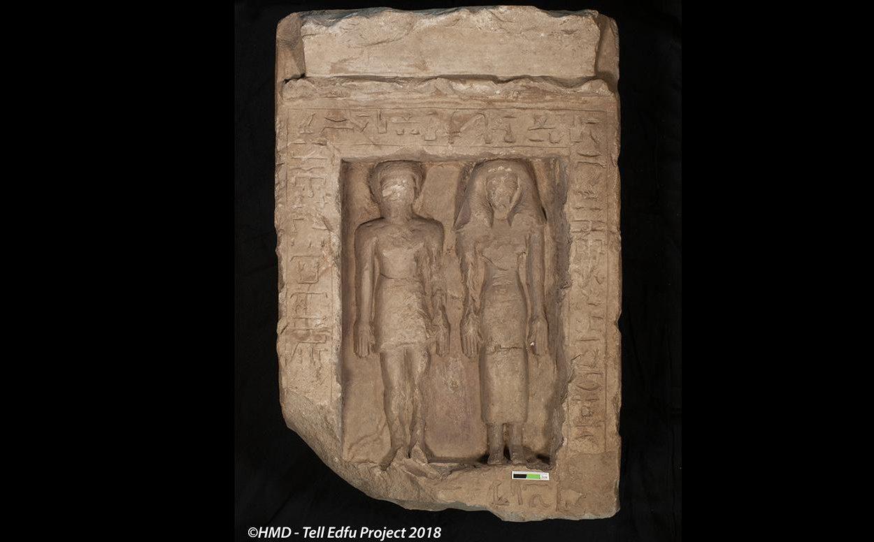 Tell Edfu projet - Les statues d'un couple égyptien volontairement vandalisées