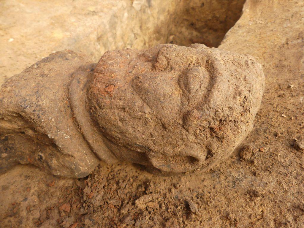 Buste en pierre d'un aristocrate gaulois avec un torque. Ier siècle avant notre ère. © Solène Le Forestier, Inrap