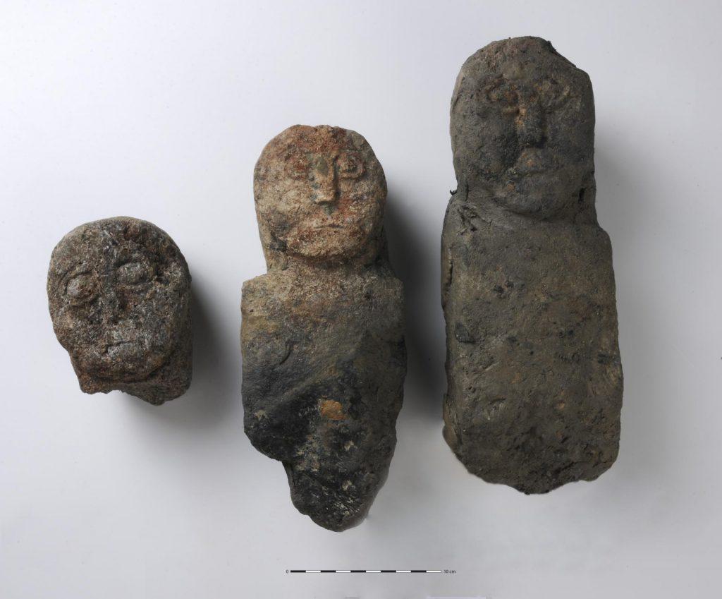 Les trois statues retrouvées au fond du puits. Ier siècle avant notre ère  © Emmanuelle Collado, Inrap