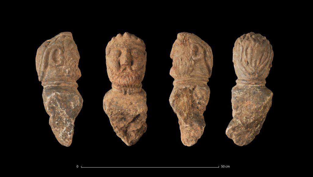 Quatre vues du buste d'un aristocrate gaulois avec un torque, retrouvé enfoui dans une fosse, Ier siècle avant notre ère  © Emmanuelle Collado, Inrap