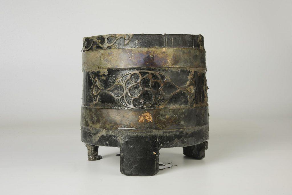 Seau en bois cerclé de bronze ouvragé retrouvé au fond du puits  © Emmanuelle Collado, Inrap