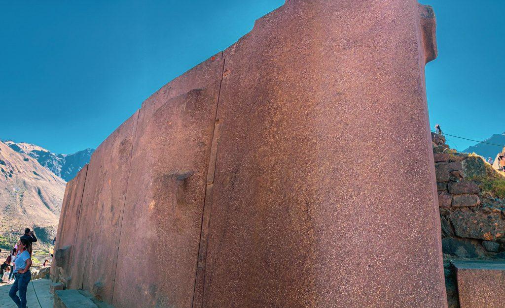 Mur des six monolithes formant ce qui fut autrefois le temple du Soleil. Ollantaytambo.
