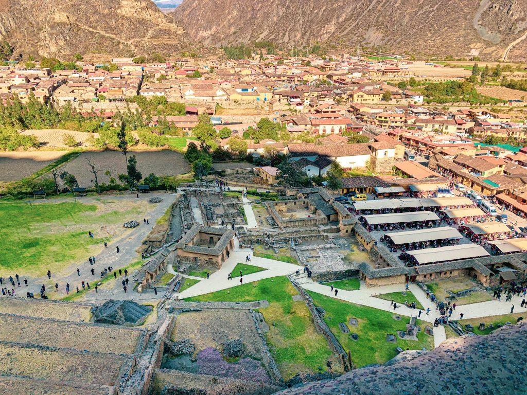 Vue sur l'ancien village inca et la nouvelle cité d'Ollantaytambo, Pérou.