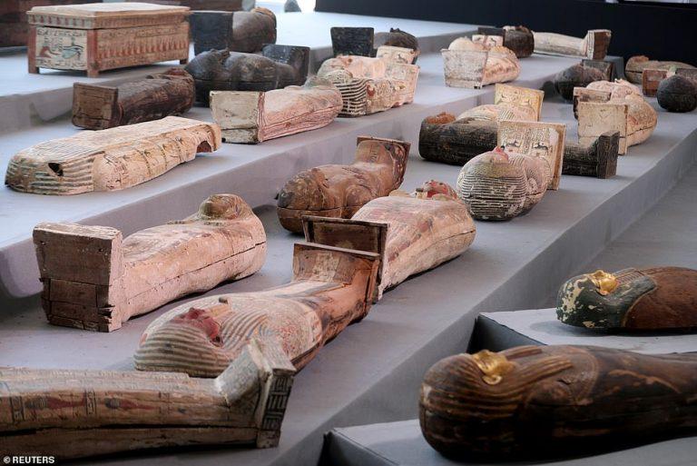 Découverte d'une centaine de sarcophages à Saqqara